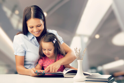 online-learning-mom-helping-daughter