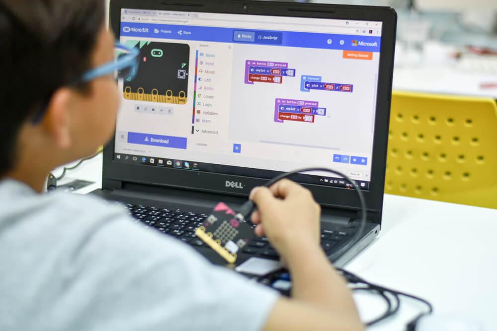 coding-teaches-kids-to-build-robots